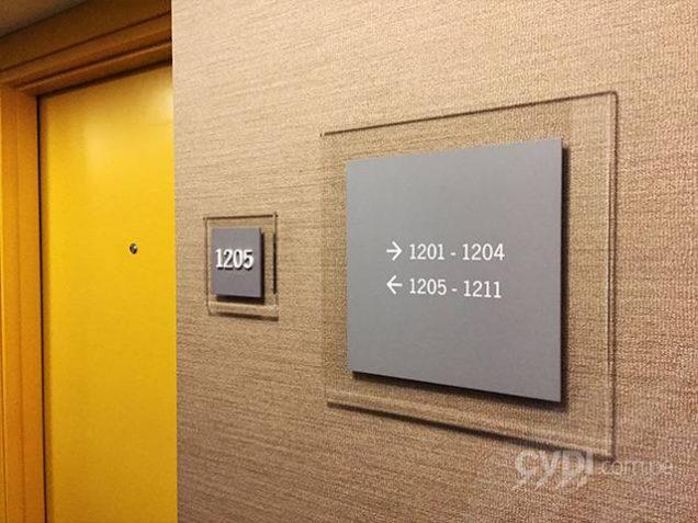Señalética corporativa (placas con numeración de habitaciones e indicativas) - Hotel Four Points By Sheraton
