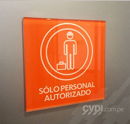 Señalética corporativa (placas solo personal autorizado) - Sede GyM