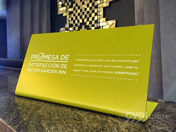 Señalética corporativa (parante recepción) - Hotel Hilton Cuzco