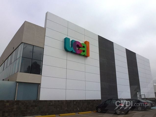 Letrero luminoso en fachada- UCAL