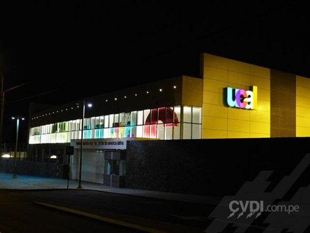 Señalética exterior - Letrero luminoso para edificio para universidad UCAL